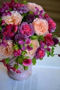 Bouquet de roses, oeillets, clématites, ails et lavatères