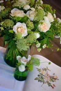 Bouquet de roses de jardin, scabieuse, dilles et basilics