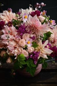 Bouquet de dahlias,cléomes, clématites, roses et framboises