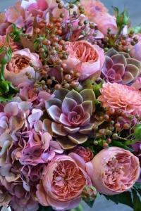Bouquet de roses, dahlias, echeverias, hortensias et baies de rosier