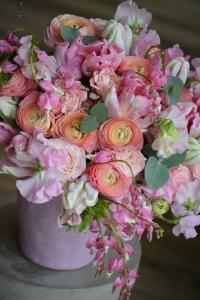 Bouquet de renoncules, tulipes, coeur de marie, roses et pois de senteur