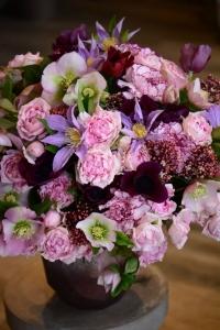 Bouquet d'anémones, roses, clématites, oeillets, hellebores, skimmias et clématites