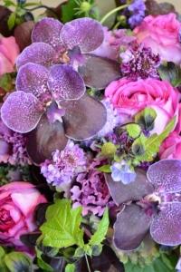 Bouquet de vandas, roses de jardin, scabieuses, choux, nicandras et cotinus