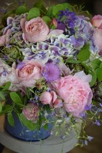 Bouquet de roses de jardin, chardons, artichauts, hortensias et monnaies du Pape