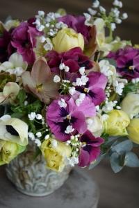 Bouquet d'hellébores, de pensées, d'ails, tulipes et anémones