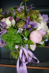 Bouquet de ciboulettes, basilics, artichauds, pivoines, clématites et myosotis