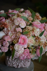 Bouquet d'hortensias, roses, fleurs d'eucalyptus et renoncules