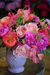 Bouquet de pivoines, pois de senteur,pensées et roses de jardin