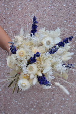 Bouquet de fleurs séchées blanches et bleues