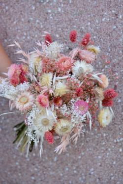 Bouquet de fleurs séchées blanches et roses pâles